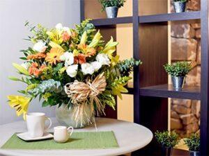 Arreglo floral de rosas lirios lisianthus