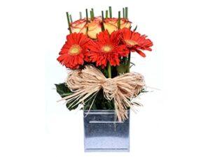 Arreglo-floral de rosas y gerberas en base latón