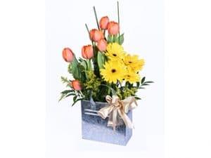 Arreglo floral de tulipanes y gerbera