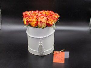 Elegante sombrerera con rosas