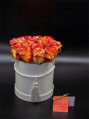 Rosas amarillas con borde anaranjado