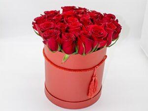Rosas rojas en sombrera elegante