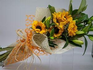 Ramos de flores de girasoles y lilium