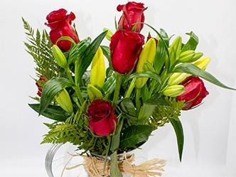 Rosas y lilium en base jarra de laton