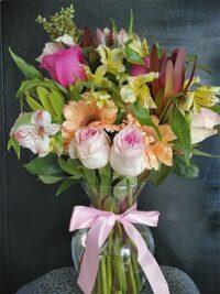Florero de gerberas y proteas