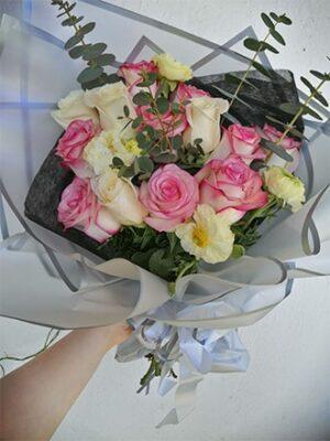 Ramos de rosas y flores de temporada