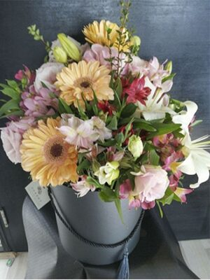 Sombrera-con-flores-de-temporada